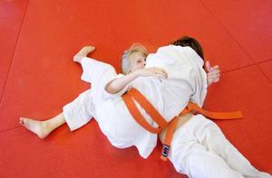 Saga Jonsson håller Gry Johnsson i ett järngrepp. Men trots att judo är en tuff sport så är skaderisken betydligt lägre än i exempelvis fotboll.