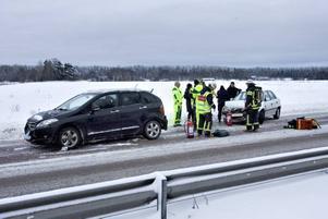 Tre bilar var inblandade i olyckan på Riks 80.
