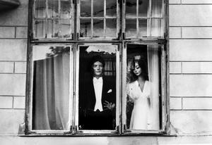 Brudparet i fönstret. Under många år blickade Helga och Helge från butiken Arnes högtidskläder i gula huset vid Engelbrektsplan.