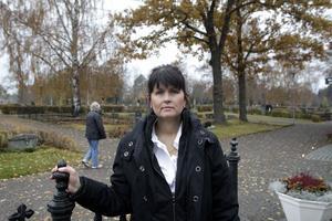Att lämna ut gravar är en av kyrkogårds- och fastighetschefen Camilla Rasmussens uppgifter.