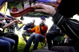 Mötet är stämmans kärna. – Man åker hit år efter år och hoppas att de andra också ska dyka upp, sade Joakim Larsson (i mitten) som i går eftermiddag hade samlats med några vänner för en stunds fiolspel i ett tält.