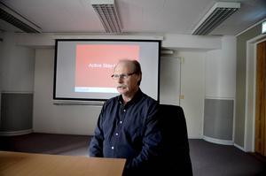 Kenneth Persson (S), ordförande i socialnämnden, berättar att det fanns andra intressenter som ville åt hotellet. Bland andra Bert Karlsson, som ville starta ett asylboende.
