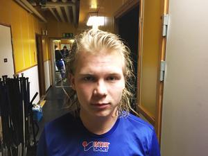 En besviken Robin Öhrlund utanför Vänersborg omklädningsrum efter matchen.
