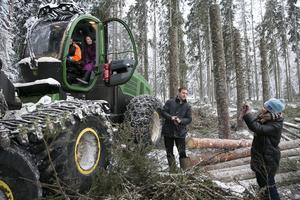 Per-Ragnar Bergkvist visar Wendy Zhu och hennes kollega svenskt skogsbruk vid ett tidigare besök i Leksand.