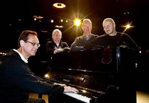 Operettgubbar: Stellan Alneberg, dirigent, Lars Sigvard, operetträv, Rolf Wickenberg, sångare, och Jerker Swande, regissör.