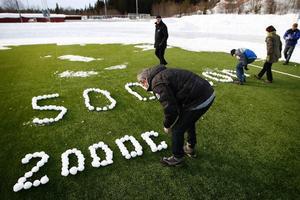 Det akuta ekonomiska läget beskrevs av medlemmarna med vita snöbollar som formades till siffror på det gröna konstgräset. Ett tydligt budskap som riktas till kommunens politiker.