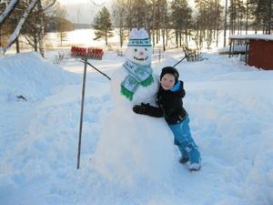 Filip Lindholm på besök hos farmor och Yngve. Filip och Yngve gjorde tillsammans en snögubbe som Filip blev jätteförtjust över. Snögubben fick många kramar av mitt barnbarn.