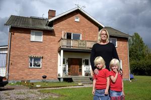 Monica Sångberg med döttrarna Emelie (vänster) och Elina (höger) har inte hittat någon ny bostad.