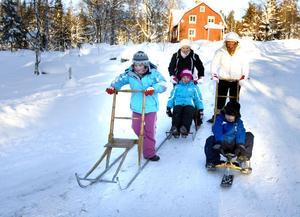 Katie Teggart, Karen och Leah O'Doherty och Karen och Peter Teggart njuter av vintern i Sverige.