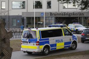 Polisen utanför Brunnsängskolan på tisdageftermiddagen.