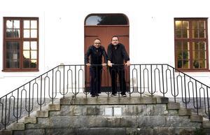 Jean-Ronald LaFond och Fredrik Högberg på trappan till Tingshuset.