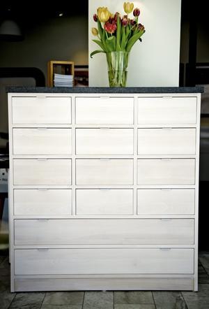 Mats OlssonDenna byrå har en stenskiva, vilket ger extra karaktär åt möbeln.