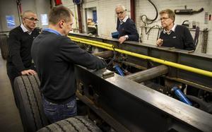 Per Olsson vid Parator, närmast i bild, diskuterar med SSAB:s Urban Nordin, Rikard Svärd och Stefan Skans hur stålet används i chassiet i en släpvagn.