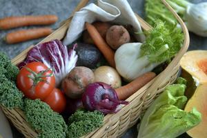 Korg med grönsaker.