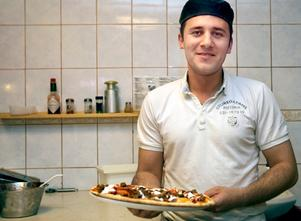Pizzakväll. Bilal Shkak på Sturegatans pizzeria hade fullt upp.