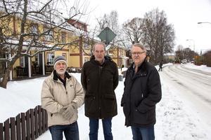 Bo Nyberg, Göran Perers och Rune Andersson vid Bergslagsgatan. I de gula husen finns tio av bostadsrättsföreningens lägenheter och det är de som känner av den tunga trafiken.