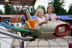 Hanna och Emmy Bäckström besöker sin mormor Anita Jonsson i Alfta och passade på att upptäcka tivolit på tisdagen. Kul, tyckte de om de små flygmaskinerna.