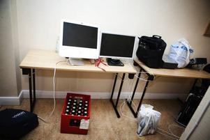 Gärningsmännen gick från rum till rum på konferensvåningen och samlade ihop allt av värde, som datorer och projektorer.