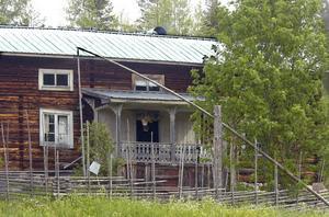 Den nuvarande fäbodstugan på Mittjasvallen uppfördes 1881.