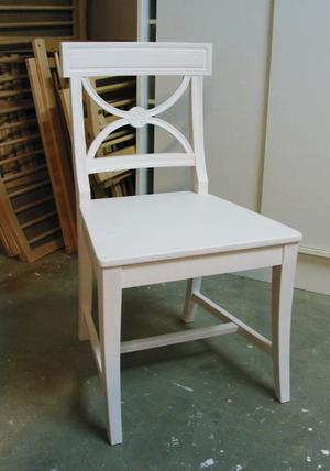En Bellmanstol tillverkas i björk och målas sedan med oljefärg. Stolen är välkänd från Carl Larsson-gården.