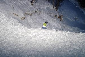 En lavinräddare söker av snömassorna efter en lavin i Åre.
