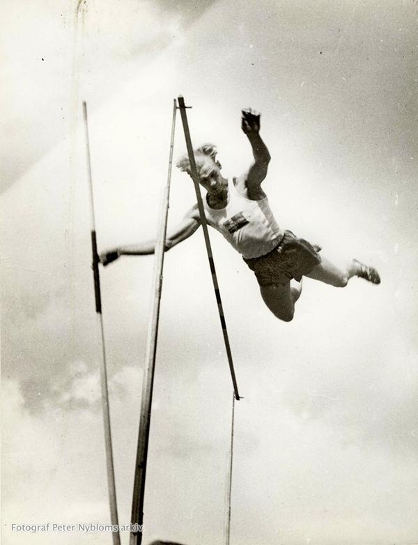 Hopp. Allan Lindberg flyger över ribban. Foto: Ur fotograf Peter Nybloms arkiv/ FIF