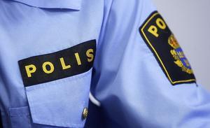Polis i uniformsskjorta.