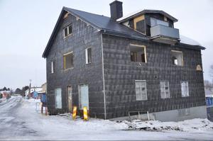 Rivning av Lillkiosken är i full gång, och huset är troligen helt borta vid denna tidnings pressläggning.