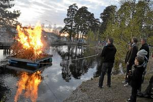 Laxås Valborgsbrasa tändes på en flotte som skickades ut i vattnet vid Midsommarbadet.