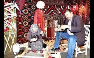 Handvävda mattor från Turkmenistan visade sig vara ett enormt tidskrävande arbete. Här demonstreras ett mindre vävarbete där Mohammad Sahi spinner tråden med handslända och Zuleiha Nurullah väver sittande. Ofta sitter hon flera timmar i sträck, och när ho