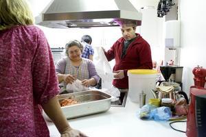 HVB-hemmet Bonvena i mars 2014. Maria Canahaji och Babak Khosravani förbereder lunch till de nio pojkar som då bodde på hemmet. Nu görs Bonvena om till stödboende.