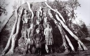 Skolbarn utanför skolkåtan i Stensdalen sommaren 1935.Fotograf okänd