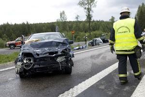 Svår trafikolycka. En kvinna omkom i en trafikolycka på riksväg 50, söder om Borlänge, under torsdagseftermiddagen. Dessutom skadades fyra personer, varav en svårt.