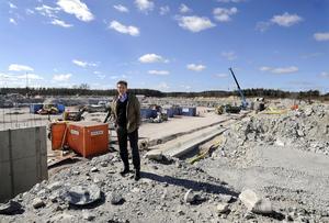 Plats för miljoner. I dag en byggarbetsplats, nästa år en handelsplats som ska locka fem miljoner besökare varje år. Centrumledaren Johan Lövqvist kan konstatera att Erikslund sjuder av aktiviteter.FOTO: ALF PERGEMAN