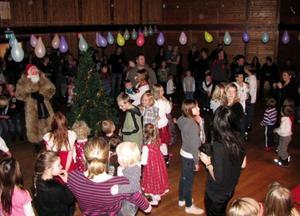 Gammal som ung tycker att det är kul med julgransplundringar!   Foto:  ingrid johansson