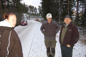 Karolina Olsson blev riktigt uppskrämd då hon blev förföljd av en varg, där hon kom och gick ensam på Mässvägen på onsdagskvällen. Ingvar Eriksson, till höger och länsstyrelsens rovdjursspårare Hanse Hansson besökte platsen på torsdagen.
