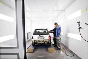 Ljusdals lackservice har gjort stora investeringen i samband med flytten till Norrkämsta. Den nya lackboxen kostar runt en miljon kronor.