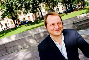 Jazz och reklam. Magnus Carlson kommer nu med sin tredje soloskiva, en jazzskiva arrangerad av Goran Kajfes. Och han hörs i tv och på landets fotbollsarenor i en reklamlåt för Stryktipset.