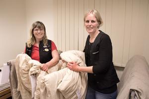 Ulla Rudervall och Frida Foborg hjälper till att prova ut tyngtäcken vid Hjälpmedelscentralen i Västerås. Det finns flera olika sorterst täcken, både till barn och vuxna, och flera olika tyngder.