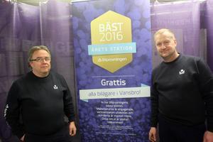Hans Haggren och Peter Elovsson har jobbat på Bilprovningen i över 25 år. Nu kan de stoltsera med att de arbetar på Bilprovningens bästa station.