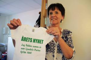 Bvc-sköterskan Carin Olsson delar ut en body med anrikt budskap till årets nyfödda i Ljusdal.