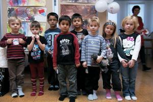 Barnen från Backa förskola i Edsbyn framför sin utställning om Barns rättigheter, som är en del av allt det som visas i Edsbyns bibliotek under Barnboksveckan.