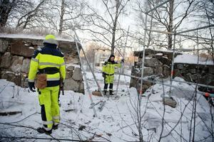 Jonas E. Andersson och Stefan Lindberg vid kyrkoruninens mur.