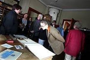 Foto: NICK BLACKMON Imponerade. Rosenlöfs tryckerimuseum i Kungsgården väckte intresse och fascination när det i går fick besök av Industrihistoriskt Forum där flera museer på riksnivå finns med.