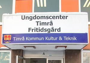 I ytterligare ett år får fritidsgårdsverksamheten hålla till i biblioteksbyggnaden. Först nästa höst öppnar den nya fritidsgården i Tallnäs.