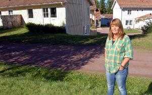 Karin M Ahlström med förskolan i bakgrunden. Foto: Stefan Rämgård/DT
