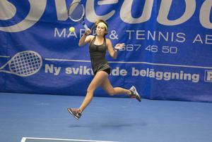 Amerikanskan Alexandra Angyalosy fick kämpa rejält för att besegra svenskan Emma Korpela. 6–4, 7–6(5) slutade mötet på Bana 1.