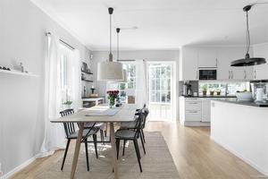 Ljust kök i villan på Gäddeholm.