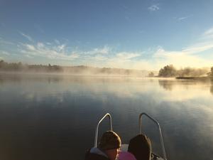 Med barnen i båten på fisketur den 18 september 2016 utanför Håtö. Morgonen var mycket kylig. En gädda nappade. Den fick vända tillbaka ner i havet. Var det svanar, som tonade fram ur dimman?