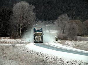 Det är både förrädiskt halt fläckvis och kraftig snörök längs vägen upp genom Ljustorp mot Liden.